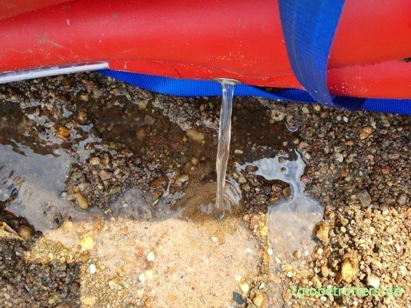 Das passiert, wenn man ohne Verdeck durch den Regen fährt: Wasser ablassen