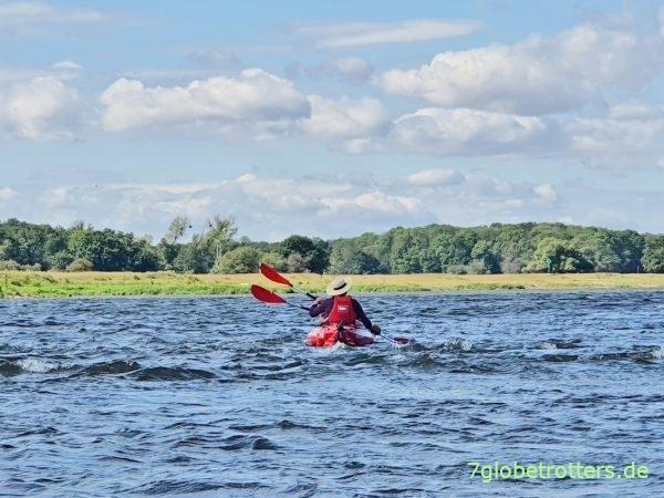 Gegenwind und Wellengang beim Paddeln auf der Elbe
