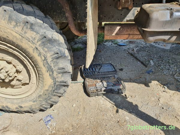 Reparatur an einem ZIL-131 6x6 in Rumänien