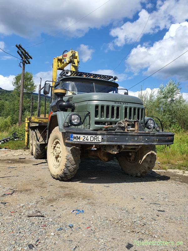 ZIL-131 6x6 mit Dieselmotor und Ladekran für den Holztransport