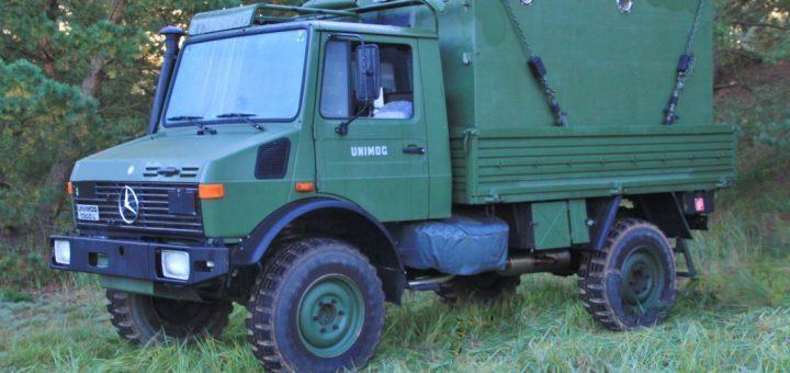 Unimog U 1300 L mit FM1 Shelter auf der Pritsche
