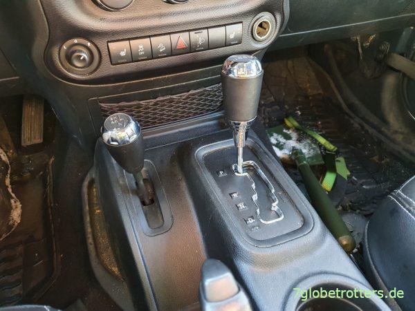 Wahlhebel für das Einschalten des Allradantriebs am Jeep Wrangler JK (links)