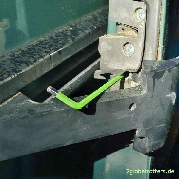 Aufhängung für den Laufwagen an der mittleren Schiene der Schiebetür