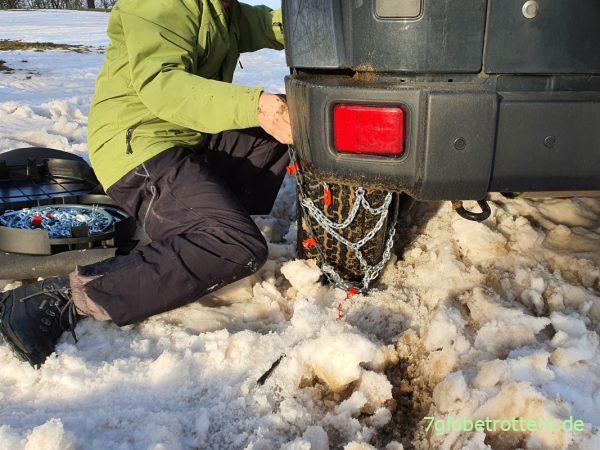 Montage der Schneeketten vorne und hinten auf dem Wrangler