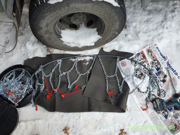 Schneeketten am Wohnmobil zurechtlegen: PEWAG Brenta-C 4x4