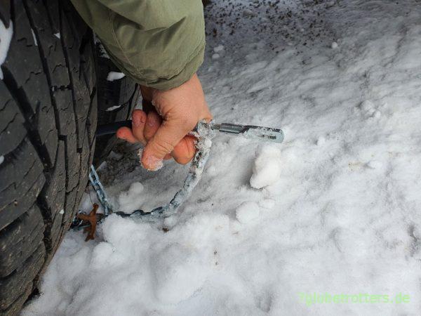 Probleme bei der Montage der Schneeketten an Zwillingsreifen