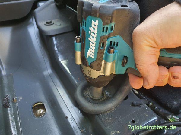 Vordersitze ausbauen und Fußbodenbelag herausnehmen im Jeep Wrangler JK