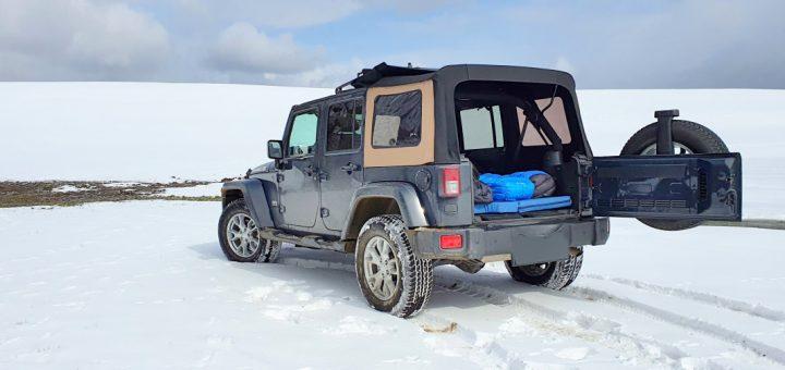 Der Jeep Wrangler wird mit Matratze zum Offroad Stealth Camper