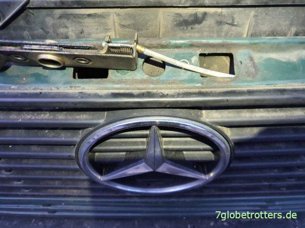 Motorhaube geht nicht auf am Mercedes 711: Notöffnung der Haube am T2N und Wechsel Bowdenzug ohne Hebel