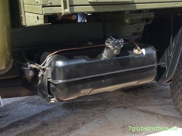 Der ZIL-138 hat Gas- und Benzintanks