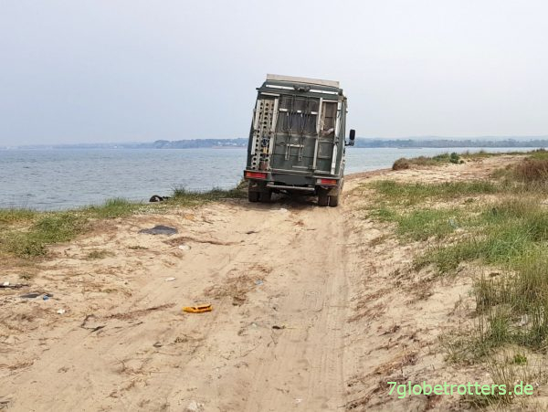 Offroad-Strandpiste fahren mit dem 4x2-Camper