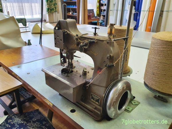 Alte Nähmaschine zum Vernähen von LKW-Plane