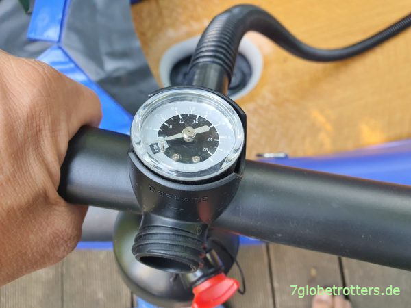 Eine Doppelhubpumpe mit Manometer gehört zum Lieferumfang des Verano California Duo im Test