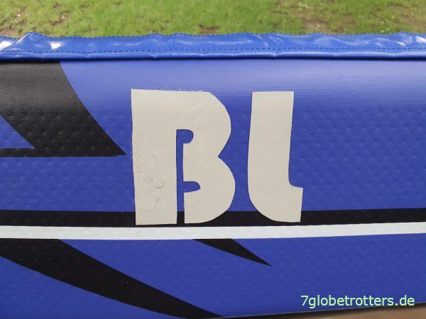 Mit PVC-Kleber aufs Schlauchboot geklebte Buchstaben