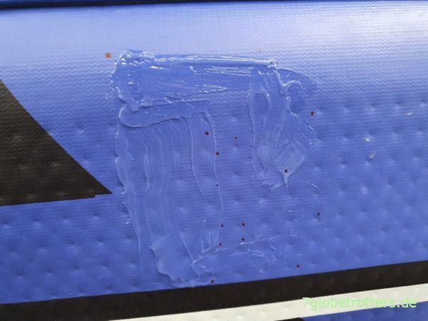 Beidseitiger Auftrag von Bindulin PVC-Kleber auf Schlauchboot und LKW-Plane