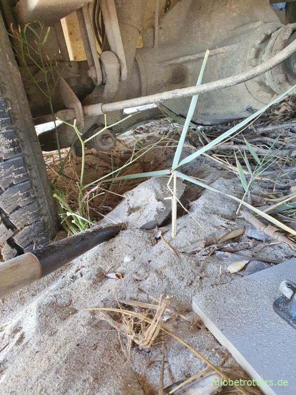 Achse des im Sand festgefahrenen Wohnmobils sitzt fast auf