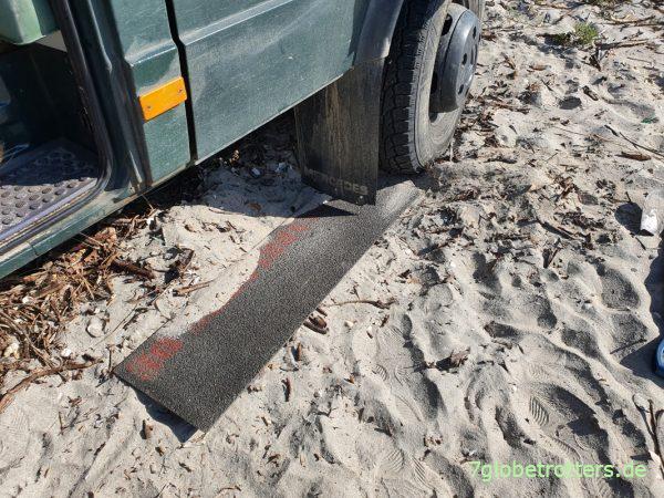 GfK-Sandbleche als Hilfsmittel unter der Vorderachse
