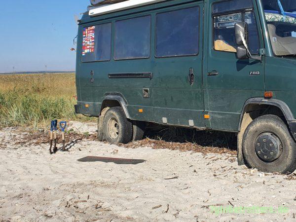 Gfk-Sandbleche und Schaufeln als Hilfsmittel am festgefahrenen Wohnmobil
