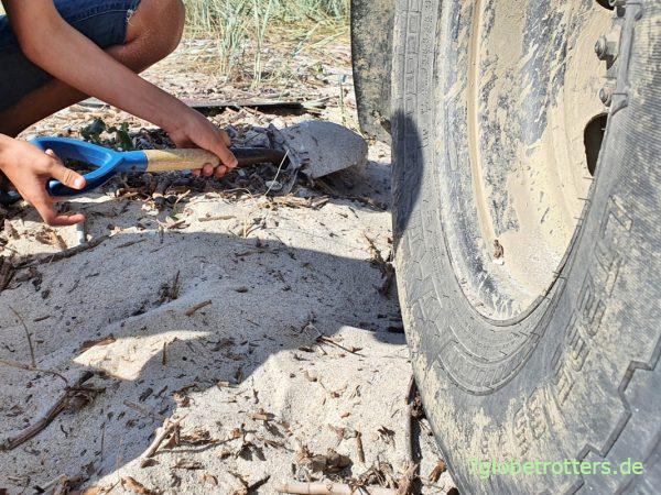 Kinderarbeit, um das Wohnmobil im Sand freizuschaufeln