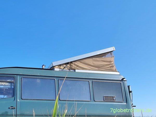 Leicht geöffnetes Aufstelldach für Hitzeschutz im Wohnmobil