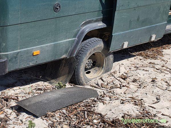 Wohnmobil im Sand festgefahren