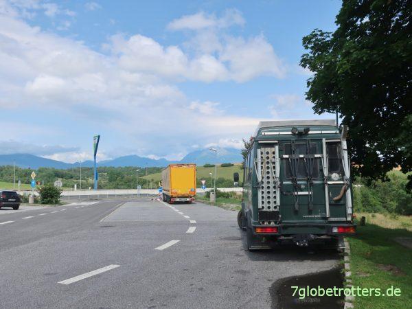 Über die Slowakei und Ungarn nach Rumänien: Corona-Grenzstau in Petea
