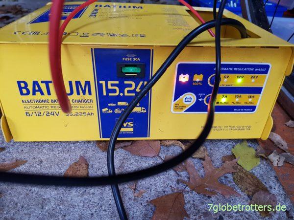 Batterie-Ladegerät GYS Batium 15.24 beim Laden der BMW mit 12V
