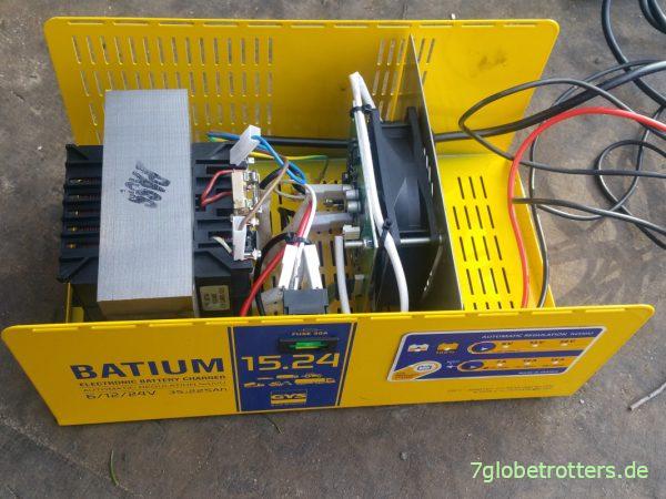 Testweise demontiertes Batterie-Ladegerät GYS Batium 15.24