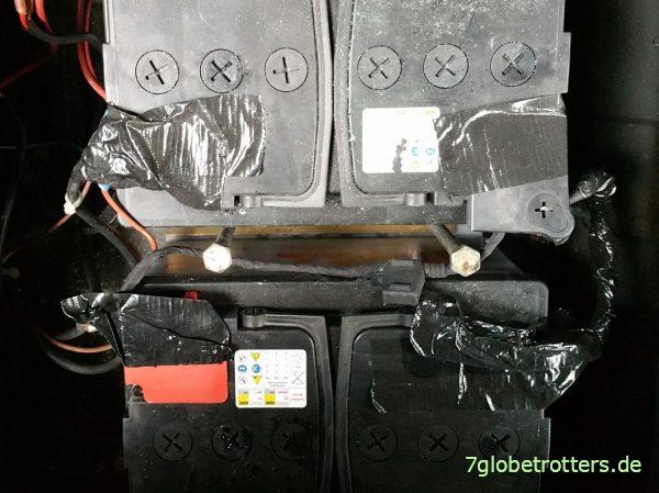 Batterie-Ladegerät GYS Batium 15.24 mit zwei Wohnmobil-Batterien