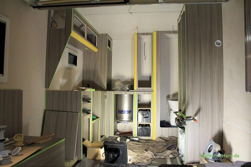 Möbelbau im LKW-Koffer mit bereits montiertem Warmwasserboiler