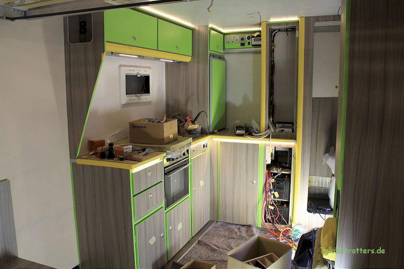 Ausbau des LKW-Koffers mit Küche, Kühlschrank, LED-Beleuchtung