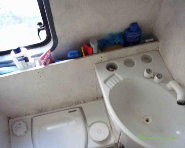 Bad mit fester Toilette, Dusche und fließend warmem Wasser