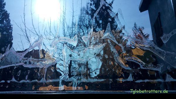 Fenster folieren - die Montagebrühe wird noch rausgeschabt