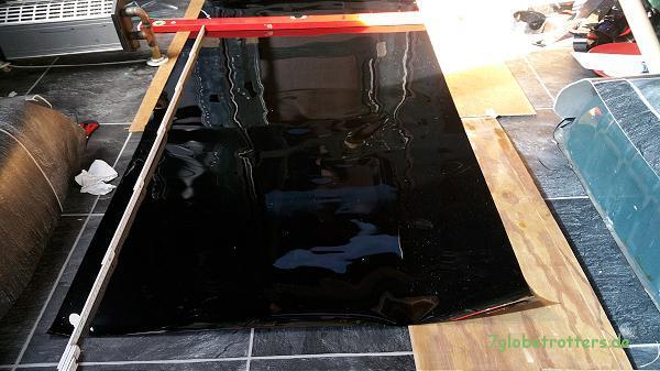 Fenster folieren: Die tiefschwarze Tönungsfolie ist erstaunlich robust und lässt sich gut beschneiden.