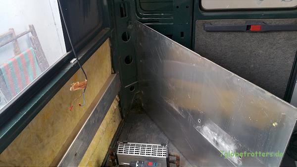 Demontierte Alu-Verkeidung. An das 4-mm-Alu-Kantprofil werden die Sitzbänke verschraubt.