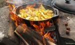 ᐅ Mittagessen am Lagerfeuer: Kartoffel-Wedges mit Kräuterquark